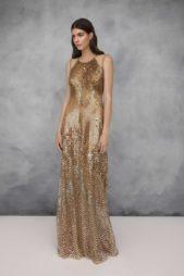 <p><strong>Jenny Packham - جيني باكهام</strong></p> <p>ان كنت ترغبين باطلالة متميزة في سهرات الشتاء الدافئة يمكنك أن تختاري هذا الفستان الذهبي الطويل من دار جيني باكهام حيث ينسدل بسلاسة مع الجسم.</p>