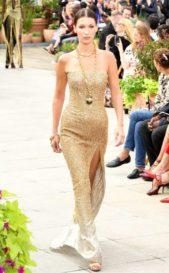 <p><strong>Oscar de la Renta - أوسكار دي لا رينتا</strong></p> <p>اللون الذهبي يضفي الفرادة على اطلالتك في شتاء 2019 مع هذا الفستان المكشوف الاكتاف بقصة الحورية يجمّله شق جانبي عال وزيّنيه باكسسوار ذهبي طويل.</p>