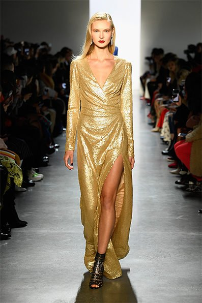 <p><strong>Tadashi Shoji - تاداشي شوجي</strong></p> <p>كوني متألقة في هذا الفستان الذهبي اللون الذي صممته دار تاداشي شوجي مع قصة V واسعة عند الصدر يجمّله شق جانبي عال ليضفي الاناقة الى الاطلالة.</p>