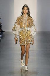 <p><strong>Zimmerman - زيمرمان</strong></p> <p>للمراة الراغبة بالتألق بفستان سهرة ذهبي اللون يمكنك أن تختاري هذا الفستان القصير باكمامه الواسعة البيضاء المزينة بتطريزات متراصة باللون الذهبي مع تطريزات رائعة.</p>