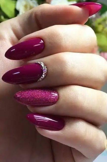يبدو المناكير باللون البنفسجي الدافئ مثالياً جداً للشتاء وننصحك بإعتماد اللونين العادي والبراق مع مع بعض حبيبات الستراس الملفتة.