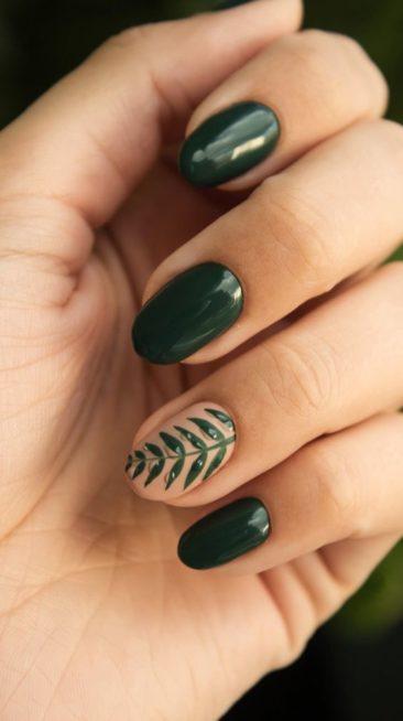 ركّزي على المناكير باللون الأخضر الدافئ هذا الشتاء وطبّقي معه اللون البيج عند البنصر مع رسمة ناعمة عند البنصر.