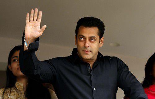 "<p dir=""RTL""><strong>سلمان خان </strong><strong>Salman Khan</strong></p> <p dir=""RTL"">احتل المرتبة السابعة الممثل الهندي الشهير سلمان خان الذي عرف بنظراته الحنونة وبشخصيته الجذابة.</p>"