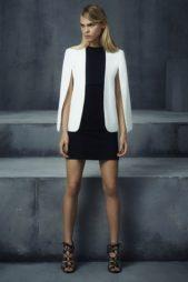 لاطلالة كاجوال مناسبة للعمل يمكنك أن تختاري البليزر البيضاء المتوسطة الطول مع الاكمام المنسدلة لتنسيقها مع الفستان الاسود القصير الملاصق للجسم، فتحصلي على اناقة ملفتة.