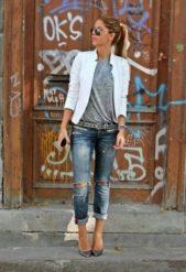 لتكوني جميلة في اطلالتك الكاجوال بالبليزر البيضاء، قومي بتنسيقها مع جينز الكاحل الواسع نسبياً واختاري التي شيرت الرمادية المريحة وضعيها اسفل السروال فتحظين باطلالة ملفتة.