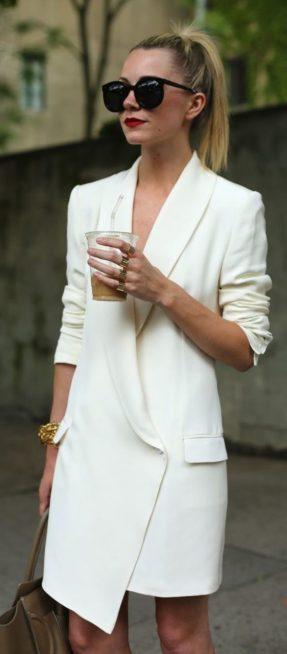 لتكوني مبتكرة في اطلالتك الكاجوال خلال توجهك الى العمل، إختاري البليزر البيضاء الطويلة ونسقيها على طريقة فستان قصير، ويمكنك أن ترتدي معها كل ما يحلو لك.