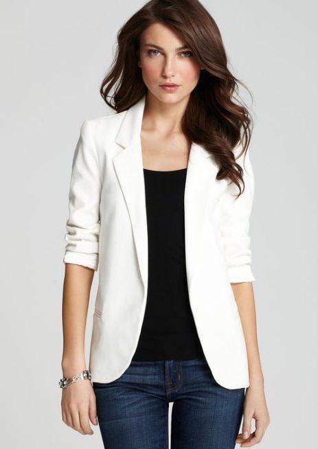 يمكنك أن تختاري الاطلالة الكاجوال الكلاسيكية بالبليزر البيضاء، حيث تعمدين الى ارتداء الجينز الازرق مع البلوزة السوداء اسفله، مع تنسيق البليزر البيضاء فوقه.