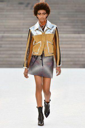 <p><strong>Louis Vuitton - لويس فيتون</strong></p> <p>اختارت هذه الدار تنسيق البايكر جاكيت بالتصميم العصري وبالالوان الجريئة مع التنورة القصيرة الرمادية اللون، والبوتس المروس لاطلالة جريئة.</p>