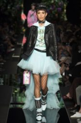 <p><strong>Moschino - موسكينو </strong></p> <p>دار موسكينو تقدّم لك في هذا الخريف هذه الفكرة المبتكرة لتنسيق البايكر جاكيت السوداء مع الفستان الازرق الجريء ذات التنورة المتفاوتة الطول.</p>