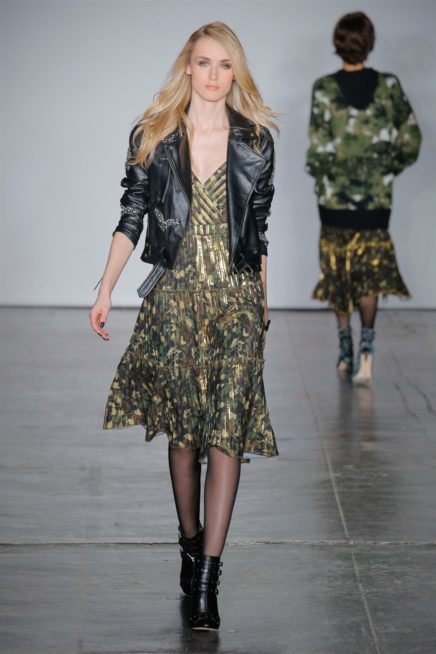 <p><strong>Nicole Miller - نيكول ميللر </strong></p> <p>لاطلالة متميزة في هذا الخريف، اليك هذه الفكرة من دار نيكول ميللر حيث نسقت البايكر جاكيت من الجلد الاسود مع الفستان الكاجوال.</p>