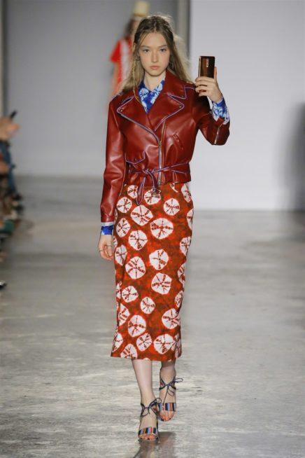<p><strong>Stella Jean - ستيلا جان </strong></p> <p>هذه الدار اختارت أن تنسق البايكر جاكيت باللون البورغوندي من الجلد الناعم مع التنورة الميدي المستقيمة بقصتها باللون البرتقالي والمزينة بنقوشات كبيرة بيضاء.</p>