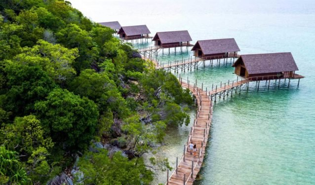 "<p dir=""RTL""><strong>جزيرة البواه – اندونيسيا</strong><strong><br />Bawah Island - Indonesia</strong><br /><br />تقع هذه الجزيرة في اندونيسيا، وتعد من أكثر جزر العالم فخامة إذ توفر الرفاهية المطلوبة خصوصاً إن كنتِ تنوين زيارتها مع الشريك. ويمكن استئجار منازل خاصة على الشاطئ مباشرة.</p>"