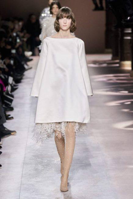 <p><strong>Givenchy - جيفنشي </strong></p> <p>فستان ميدي مصمم من الساتان الابيض بقصة كلوش واسعة مع الاكمام الطويلة تجمّله الشراشيب المنسدلة منه عند الاسفل.</p>
