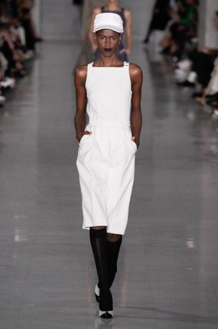<p><strong>Max Mara - ماكس مارا </strong></p> <p>فستان ابيض ميدي بقصة مستقيمة من دون اكمام مع الحزام الابيض الناعم عند الخصر والجيوب الواسعة الجانبية لاطلالة كاجوال وملفتة.</p>