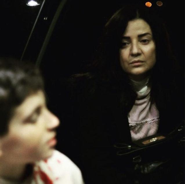 """<div style=""""direction: rtl;"""">خلال رمضان 2020 نتابع الممثلة فيفيان أنطونيوس في مسلسل """"أولاد آدم"""" وهي تلعب شخصية ناطورة أو حارسة لمبنى سكني، وفي الوضع الإجتماعي الذي تعيشه مع ابنها نرى فيفيان بدون مكياج وبإطلالة طبيعية.</div>"""