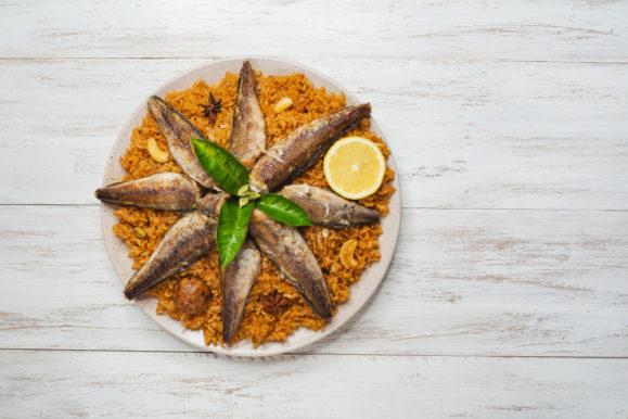 لتحضير كبسة السمك المغذية والشهية وتقديمها لأسرتك اتبعي هذه الخطوات البسيطة