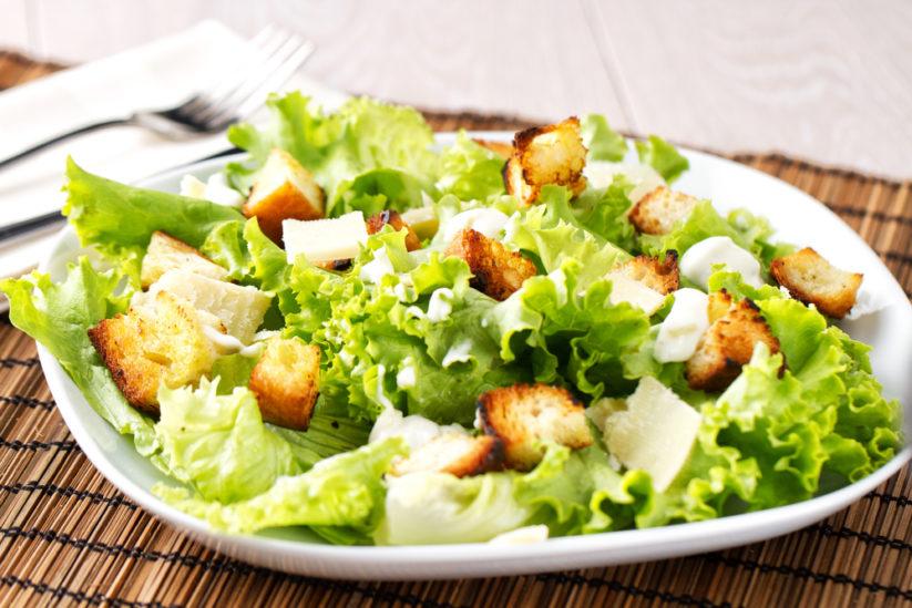 طريقة سهلة وبسيطة لتحضير سلطة يونانية منزلية عند اتباعك لحمية غذائية صحية