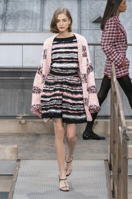 <p><strong>Chanel - شانيل</strong></p> <p>في ربيع وصيف 2020 لا تترددي في اختيار الكارديغان المصمم من الصوف الناعم المحاك بطريقة متقنة مع تداخل الالوان ببعضها البعض.</p>
