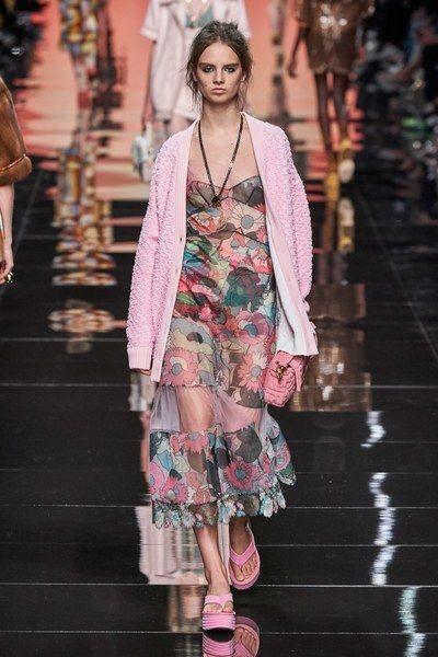 <p><strong>Fendi - فندي </strong></p> <p>من بين الموديلات الرائجة للكارديغان في ربيع وصيف 2020 هو التصميم الواسعة والفضفاض مع الحبكات المتراصة لتنسيق لافت مع الفستان الكاجوال.</p>