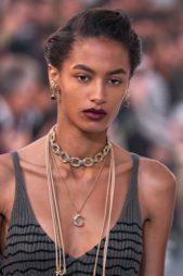 <p><strong>Chloé - كلوي</strong></p> <p>يعود عقد الشوكر الى الواجهة من جديد في عالم الموضة حيث يحتل مكانة مهمة لتزيين الاطلالة هذا الموسم في مختلف المناسبات.</p>
