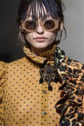 <p><strong>Dries Van Noten - درايز فان نوتن</strong></p> <p>من بين الاكسسوارات الرائجة جداً في ربيع وصيف 2020 هي النظارات الشمسية ذات الاطار الدائري العريض مع الزجاجات الملونة.</p>