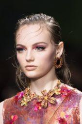 <p><strong>Versace - فيرساتشي</strong></p> <p>في ربيع وصيف 2020 تعتبر الاكسسوارات الكبيرة والعريضة المزينة بالحبات الذهبية الصغيرة من أجمل الاكسسوارات التي يمكنك اعتمادها للسهرات.</p>
