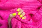 <strong>المناكير بألوان النيون<br /><br /> </strong>ركّزي على المناكير بألوان النيون على غرار الأصفر والبرتقالي خصوصاً خلال الصيف، إذ تعتبر الأجمل لصاحبات البشرة السمراء كما تضفي نوعاً من الحيويّة ولمسة خاصّة إلى إطلالاتك المختلفة وخصوصاً اليوميّة والعمليّة منها.