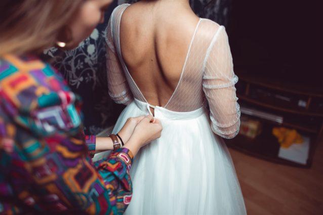 نصائح لارتداء فستان زفاف ذات الظهر المكشوف – أنوثة