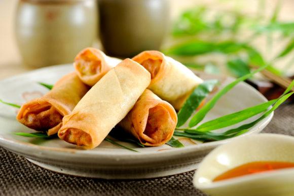 وصفة شهية وسهلة لتحضير سبرينج رول بالدجاج وتقديمها إلى أسرتك على المائدة