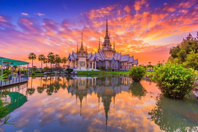 <strong>Thailand - تايلاند<br /><br /> </strong>تشكّل تايلاند اليوم إحدى الوجهات السياحية التي يفضّل الإبتعاد عنها في صيف 2020، بعد أن كانت من أبرز وجهات السفر وخصوصاً شهر العسل في الفترة المنصرمة فهي عانت من إنتشار فيروس كورونا المستجدّ ولا زالت تحاربه وتعاني حتّى الآن من آثاره السلبية.