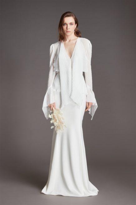 """<div style=""""direction: rtl;"""">الفستان الأبيض الطويل والمستقيم من الصيحات التي قدّمها رولان موريه حيث تمتزج فيه الأقمشة الناعمة، مع الأكمام الطويلة التي تتسع على آخر اليدين. وفي القسم العلوي منه تظهر التموجات الخفيفة التي تعزز من جمال القصّة، ويُنصح به طويلات القامة لأنّه يبرز الجسم بشكلٍ واضح ودقيق.</div>"""