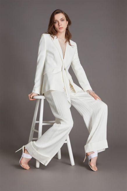 البدلة البيضاء من الصيحات التي باتت رائجة جداً للعروس حيث تشعرها بالراحة وتعطيها لمسة أناقة في الوقت نفسه. فيمكن أن تختاري البلايزر الرسمية مع السروال الواسع ذات الخامة البليسيه لستايل رائع.