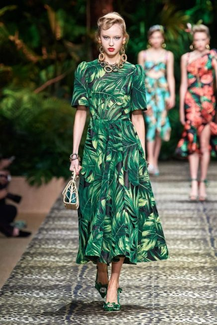 <p><strong>Dolce & Gabbana - دولتشي أند غابانا </strong></p> <p>فستان طويل بقصة كلوش ناعمة مزين بنقشات الأشجار الخضراء المتداخلة ببعضها يتميز بأكمامه القصيرة الواسعة.</p>