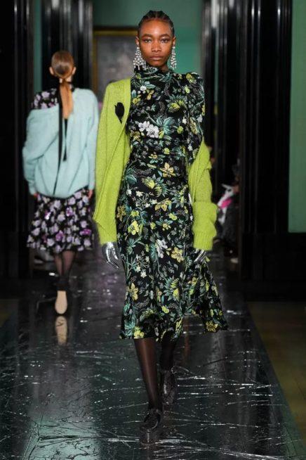 <p><strong>Erdem - ايرديم </strong></p> <p>فستان ميدي ذات قصّة متناغمة مع الجسم باللون الاسود، وقد زيّن بنقشات اوراق الاشجار البيضاء والخضراء والأزهار الصفراء المتعددة.</p>