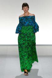 <p><strong>Givenchy - جيفنشي</strong></p> <p>فستان طويل ذات قصّة واسعة مع الاكتاف المكشوفة والأكمام الطويلة الفضفاضة يتميز بقسمه العلوي باللون الازرق والقسم السفلي الاخضر المزين بنقشات الاشجار المختلفة.</p>