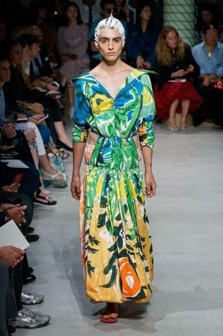 <p><strong>Marni - مارني </strong></p> <p>فستان طويل متعدد الألوان بنقشات الأشجار المختلفة المستوحاة من الطبيعة يتميز بياقته الواسعة المنسدلة على الكتفين.</p>
