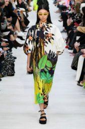 <p><strong>Valentino - فالنتينو </strong></p> <p>فستان طويل ذات قصّة واسعة فضفاضة يتميز بأكمامه المنفوشة ونقشات أوراق الأشجار الكبيرة والملونة مع الياقة التي تشبه ياقة القميص.</p>