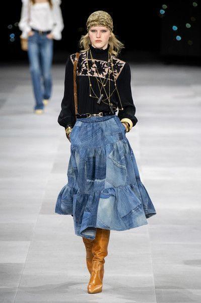<p><strong>Céline - سيلين</strong></p> <p>تنورة جينز ميدي باللون الازرق الفاتح مصمّمة بقصة الكلوش الناعمة مع الطبقات المختلفة يمكن تنسيقها مع الاطلالة الكاجوال والمهنية.</p>