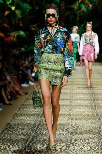 <p><strong>Dolce & Gabbana - دولتشي أند غابانا</strong></p> <p>تنورة قصيرة مصممة من الجلد بقصة مستقيمة تميّزها نقشة جلد الأفعى البارزة بتدرجات اللون الاخضر.</p>