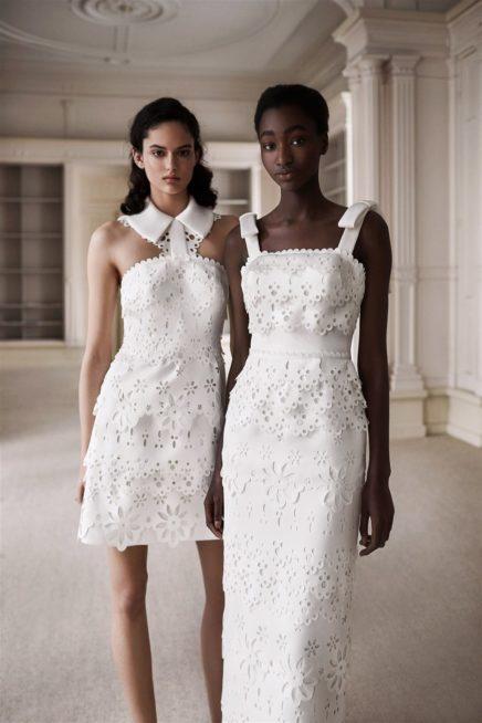 "<p style=""text-align: right;"" dir=""RTL"">يظهر في الصورة ثوبان رائعان يلائمان المرأة العصرية التي تفضل الفساتين القصيرة ذات القصة الناعمة. ويتزين الفستانان بأزهار الـ3D المخرمة، واحد منهما يظهر بطابع حيوي كاجوال والثاني يميل إلى الستايل الراقي الأنيق.</p>"