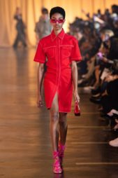 <p><strong>Off-White - أوف وايت</strong></p> <p>فستان جينز قصير ذات قصّة مستقيمة متناغمة مع الجسم، يتميز بلونه الأحمر الحيوي وتجمّله الياقة العالية.</p>