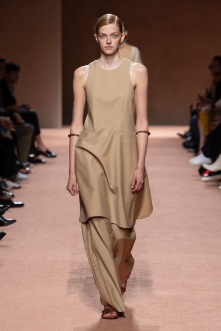 <p><strong>Hermès - هيرمس </strong></p> <p>إطلالة أحادية اللون حيث نسّق السروال الواسع الفضفاض باللون البيج مع البلوزة الطويلة من دون اكمام من اللون نفسه.</p>