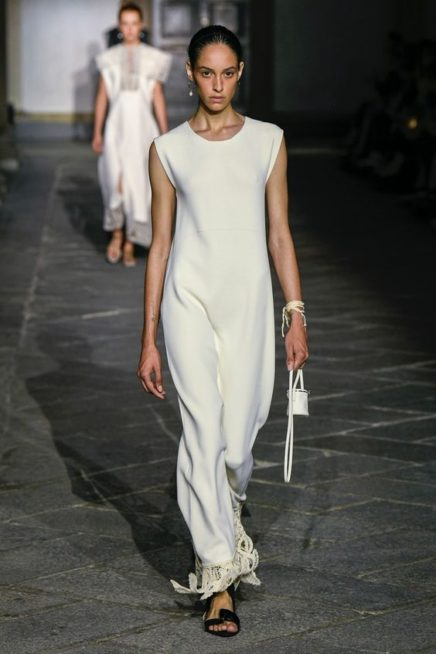 <p><strong>Jil Sander - جيل ساندر </strong></p> <p>فستان طويل أبيض اللون بسيط من دون أي رسومات أو زخرفات ملونة يتميّز بقصته المستقيمة المتجانسة مع الجسم، تزيّنه الشراشيب المخرّمة عند طرفه السفلي.</p>