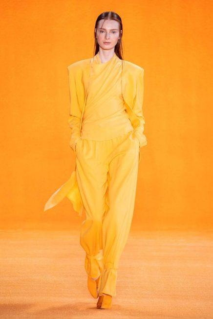 <p><strong>Sally La Pointe - سالي لا بوانت </strong></p> <p>اطلالة كاجوال أحادية اللون حيث نسق السروال الواسع باللون الأصفر مع البلوزة والبلايزر الطويلة من اللون نفسه.</p>