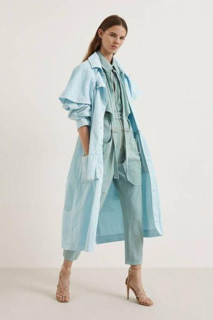 <p><strong>Stella McCartney - ستيلا مكارتني </strong></p> <p>جامبسوت أزرق أحادي اللون يجمّله الحزام العريض عند الخصر من اللون نفسه مع المعطف الطويل المنسق معه ذات اللون الأزرق أيضاً.</p>