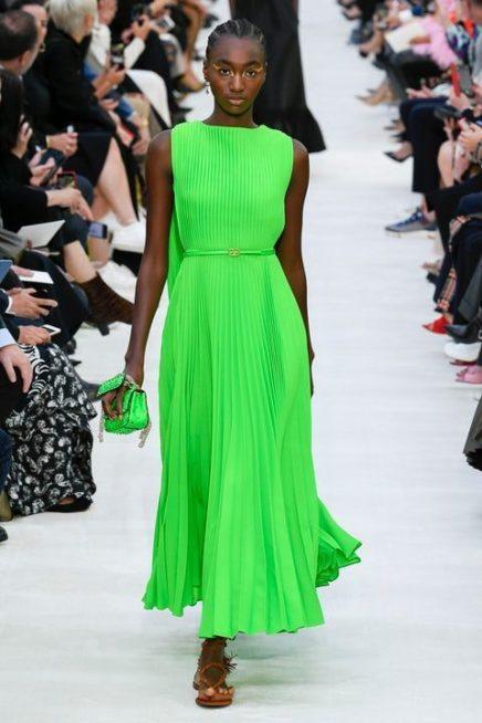 <p><strong>Valentino - فالنتينو </strong></p> <p>فستان ميدي باللون الأخضر الصاخب الأحادي مصمم بقصة مستقيمة مع الثنيات الصغيرة المتراصة يجمّله حزام رفيع من اللون عينه عند الخصر وكاب طويل من الخلف.</p>