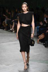 <p><strong>Versace - فيرساتشي</strong></p> <p>فستان أسود أنيق أحادي اللون مصمم بقصة ضيقة متناغمة مع الجسم، تجمّله الفتحة العريضة عند الخصر مع البكلة الذهبية البراقة جانباً.</p>
