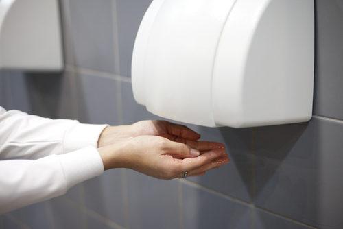 """<div style=""""direction: rtl;""""><strong>مجففات الأيدي<br /><br /></strong></div> <div style=""""direction: rtl;"""">إعتقد البعض أن الحرارة المرتفعة تقتل فيروس كورونا، من هنا توجهوا لإستعمال مجففات الأيدي كونها تبعث الهواء الساخن. الا أنّ ذلك ليس لديه أي تأثير فعليّ على الفيروس، بل المهمّ هو غسل اليدين لمدّة ثلاثين ثانية بعد لمس الأسطح واستخدام المعقّمات.</div>"""