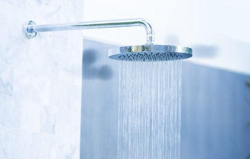 "<p dir=""RTL""><strong>الإستحمام بالماء الدافئ<br /></strong><br /> حرارة الجسم تتغيّر مع العوامل المحيطة به، لذا عند الإستحمام بالماء الدافئ كثيراً فهذه الخطوة تنتهي فعاليتها مع الإنتهاء والخروج، من هنا فهي أيضاً في قائمة المعلومات الخاظئة عن الوقاية من فيروس كورونا.</p>"