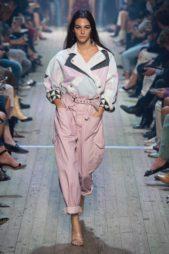 <p><strong>Isabel Marant - إيزابيل ماران </strong></p> <p>سروال بالازو من قماش الدينم باللون الزهري يتميز بأرجله الواسعة المثنية عند الأسفل مع الحزام الرفيع الذي يزين خصره، ومعه الجاكيت الملونة.</p>